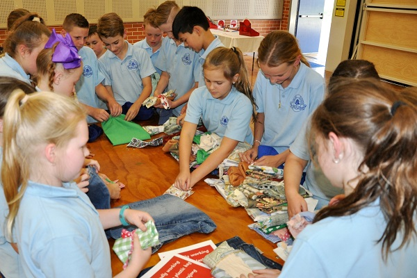 Kurrajong Public School students making Boomerang Bags